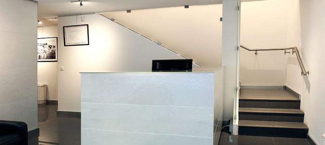 Bancone reception e parete