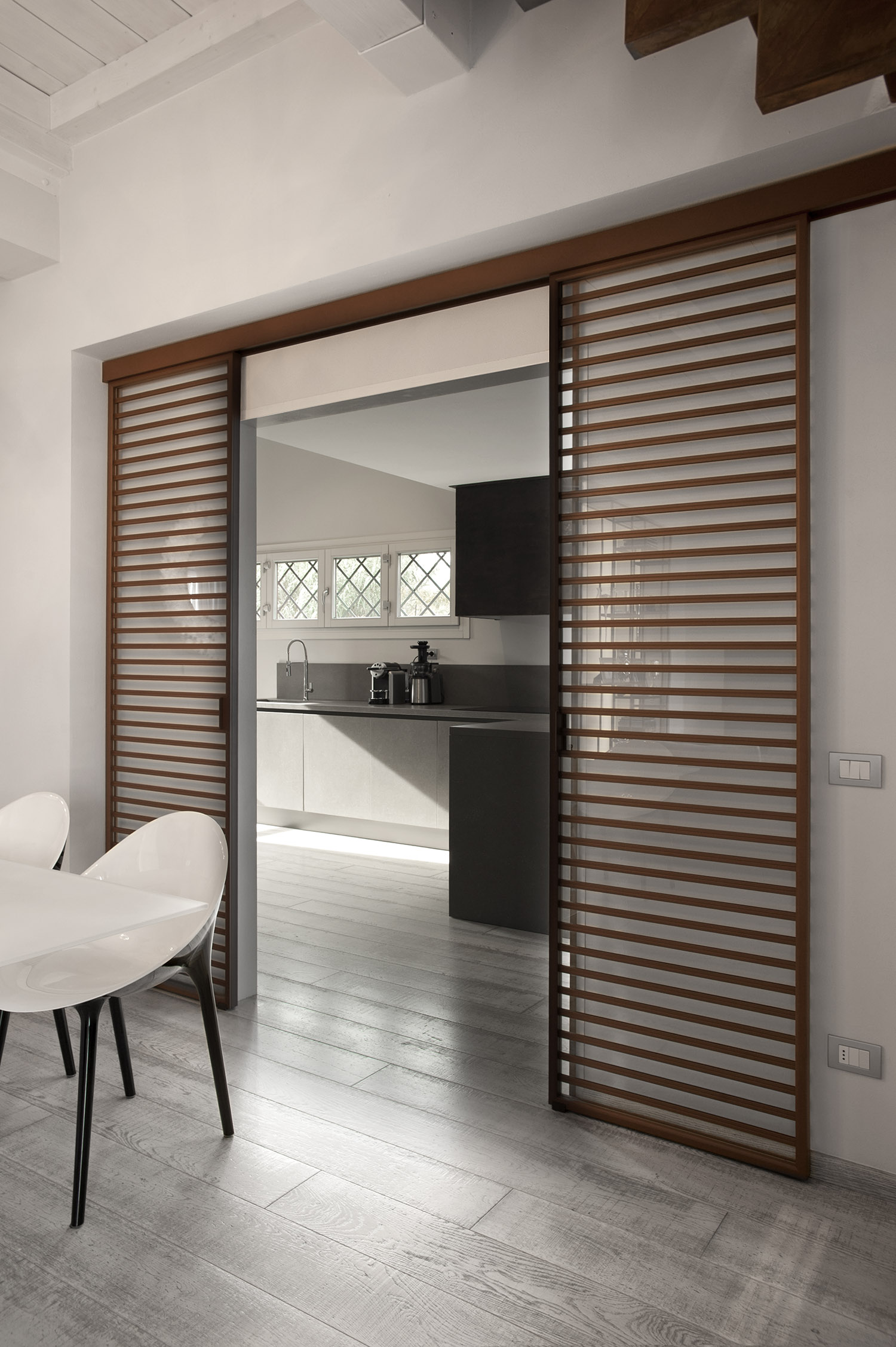 Access to the bedroom area is given through a sliding - Porte per cucina ...